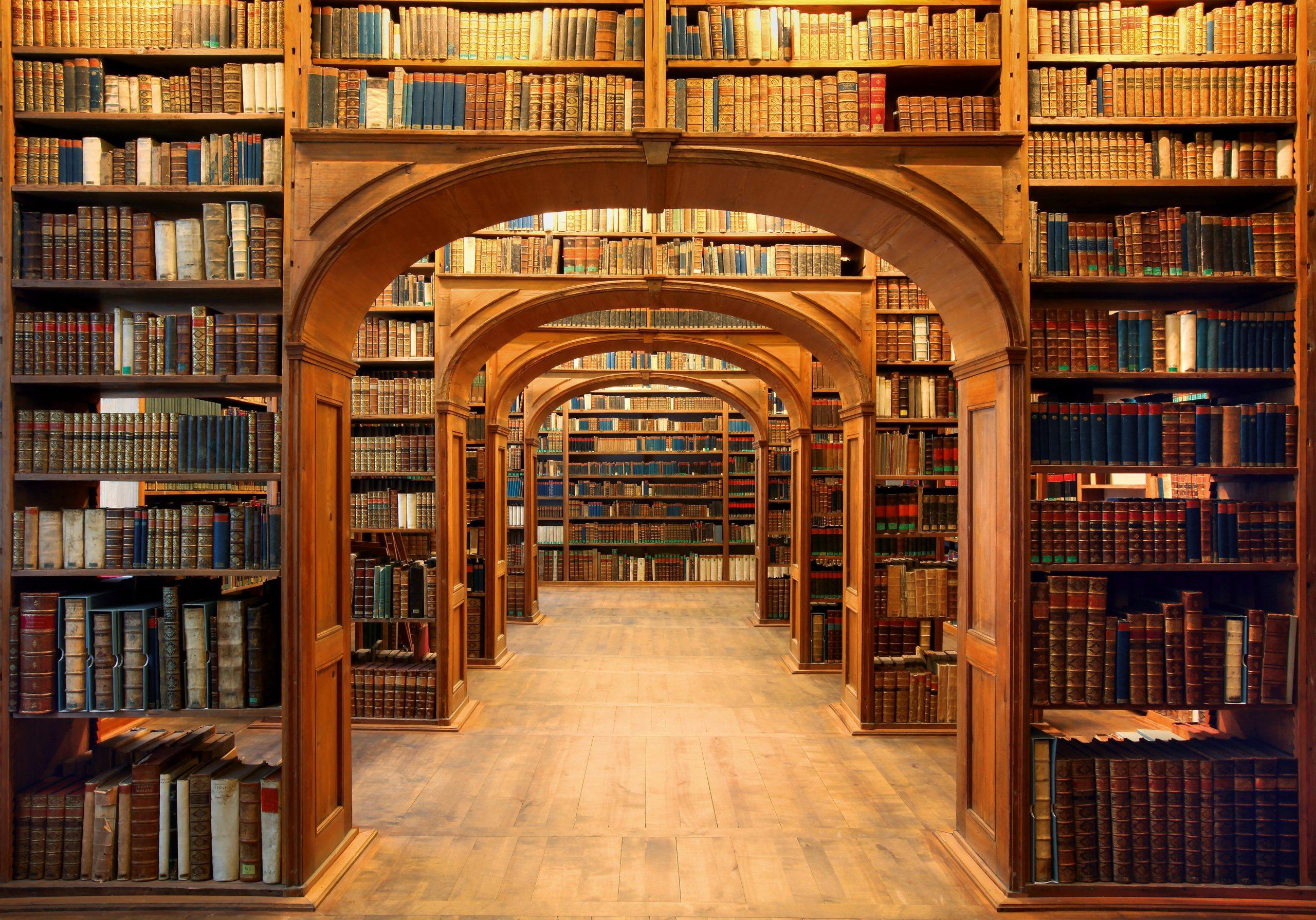 bibliothèque ésotérique et initiatique se trouvant dans un centre ésotérique